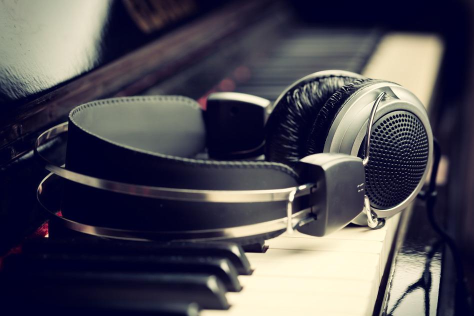 photodune-4721829-piano-keyboard-and-headphones-s