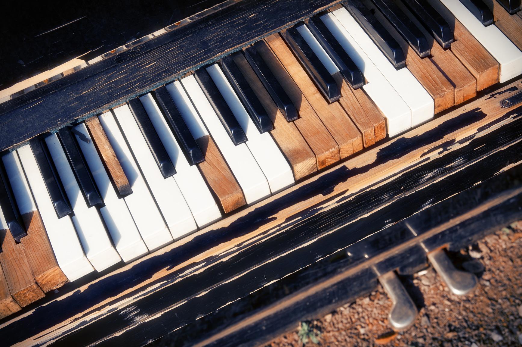 photodune-5032390-old-piano-m